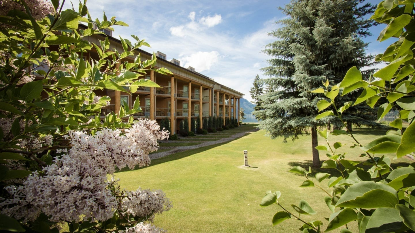 Quaaout lodge and spa at talking rock golf resort shuswap for Indian bear lodge cabins